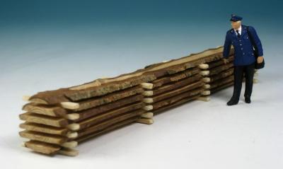 18277 - Baumstamm, unbearbeitete Bretter aufgestapelt