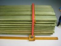 11322 - Grüner Bretterstapel mit Spanngurten